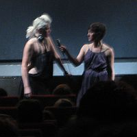 Jennifer Lyon Bell und ihre Hauptdarstellerin (links)