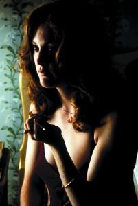 """Porno-Diva Amber (Julianne Moore) gehört zur """"Familie"""" um Porno-Filmer Jack Horner - Copyright by ZDF und Warner"""